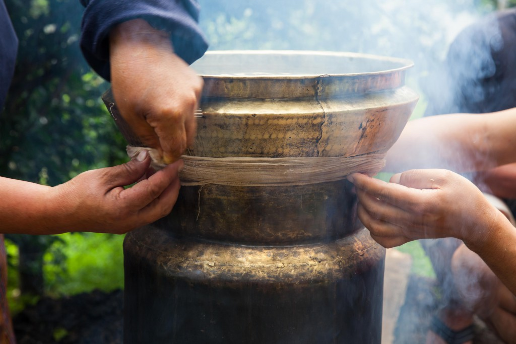 The details that go into making ara using basic equipment. Here, a rope is tied around the pots to prevent the alcohol from evaporating out.